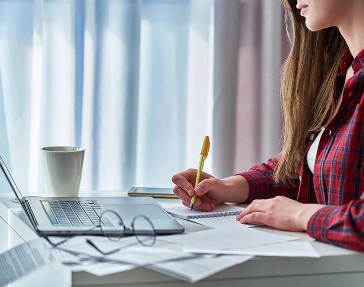 Student pracuje na laptopie